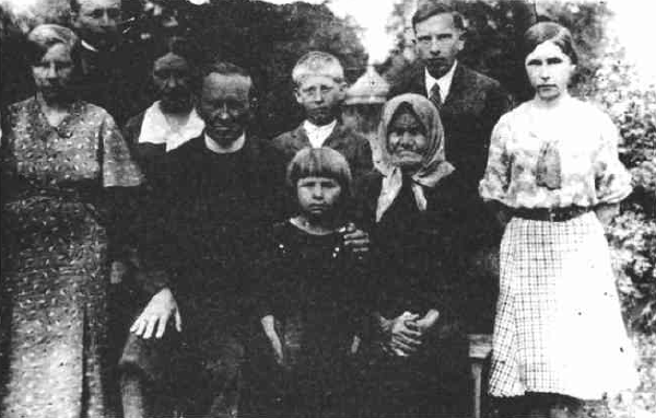 Bandera with his family in 1935. Stefan is second from the right.